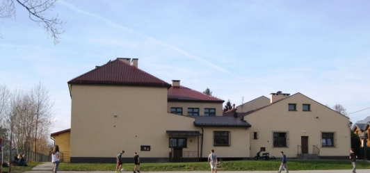 Niskie płace pracowników administracji i obsługi szkół w gminie Mogilany